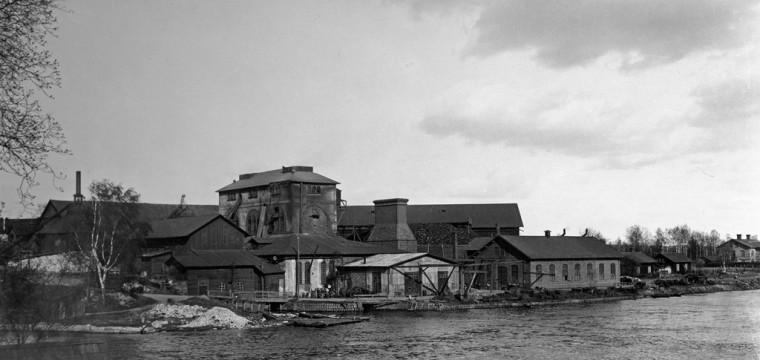 År 2015 är det 100 år sedan Västanfors hytta blåstes ned och ödelades