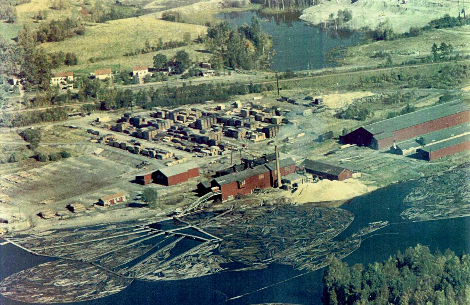 Flygbild från 1960-talet över Semla Såg och husen efter Semlavägen vid Lillån