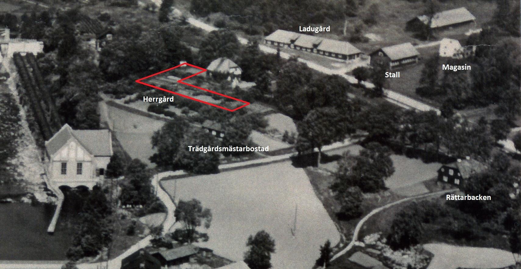 Flygfoto från ca 1930 med byggnader som hörde till herrgården utmärkta. Herrgårdens plats är rödmarkerad