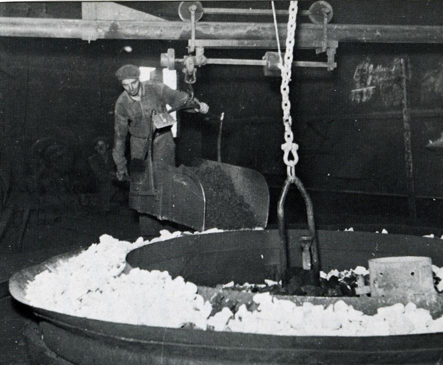 För utvägningen av malm och kalksten på kransen användes vågar av besmantyp, som på de flesta håll i bruk på den tiden, där vågskålen tillika utgör det transportkärl, som på vridbara armar för materialet till masugnspipan.