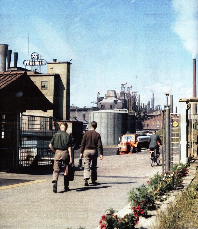 Östra porten med ett synligt hörn av fordonsvågen till vänster, hyttan syns i bakgrunden. bild från 60-talet
